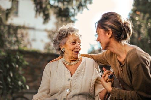 Hjælp og støtte til ældre mennesker